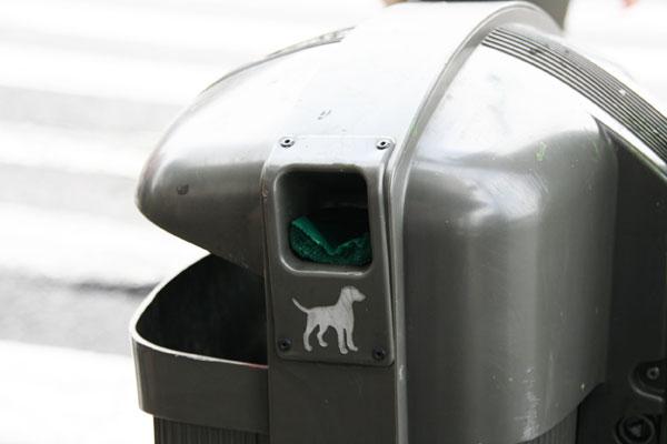 Урна с пакетами для собачьих какашек в Мадриде